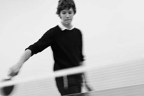 Bild på pojke som spelar pingis